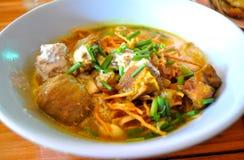 Khao Soi - тайская лапша стиля с супом карри свинины стоковая фотография rf