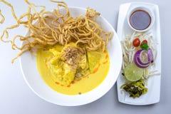 Khao Soi, minestra di pasta al curry con il pollo fotografia stock libera da diritti