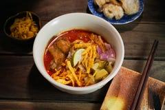 Khao Soi Recipe, nordlig stil ryktad nudelsoppa med h?na arkivfoto