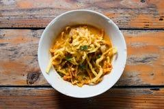 Khao Soi Recipe, sopa de fideos al curry del estilo septentrional con el pollo Foto de archivo libre de regalías