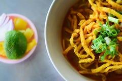 Khao Soi, sopa de macarronetes surrada com galinha fotos de stock royalty free