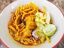 Khao Soi - sopa picante do caril dos macarronetes de ovo com galinha imagem de stock royalty free