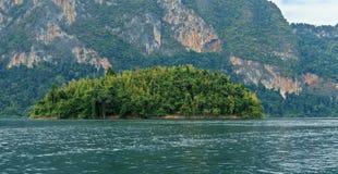 湖Khao Sok 免版税库存图片