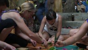 KHAO SOK - 22 DE NOVEMBRO: O festival de Loy Krathong, povos tailandeses compra flores e vela para iluminar-se e flutuar na água  video estoque