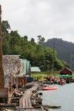 Khao Sok National Park, montanha e lago em Tailândia do sul Fotografia de Stock Royalty Free