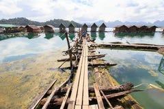 Khao Sok National Park, montanha e lago em Tailândia do sul Imagens de Stock Royalty Free