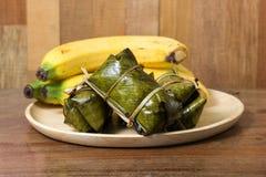 (Khao Tom Mad/Khao Tom Pad) bananas tailandesas no arroz pegajoso imagem de stock royalty free