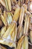 Khao Tom Mat, Nipa-Palmblatt mit klebrigem Reis stockfotos