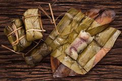 Khao Tom Mat - postre tailandés - arroz pegajoso, plátano y las alubias negras envueltos en plátano hojea imagen de archivo