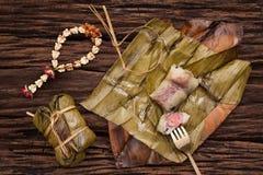 Khao Tom Mat - sobremesa tailandesa - arroz pegajoso, banana e os feijões pretos envolvidos na banana folheia fotos de stock royalty free