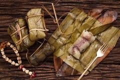 Khao Tom Mat - thailändischer Nachtisch - klebriger Reis, Banane und schwarze Bohnen eingewickelt in der Bananenweide lizenzfreie stockbilder
