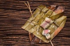 Khao Tom Mat - thailändischer Nachtisch - klebriger Reis, Banane und schwarze Bohnen eingewickelt in der Bananenweide stockfoto