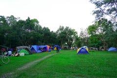 Khao yai, Nakhon Ratchasima, Tailandia: Campo turístico en el camping, sitio para acampar foto de archivo
