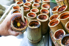 Khao zwianie, Tajlandzka bambusowa tubka słodki custard kleistych ryż deser, Nongmon rynek, Chonburi, Tajlandia fotografia royalty free