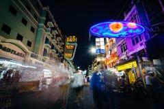 Khaosan路在晚上,在曼谷,泰国 免版税库存照片