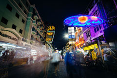 Khaosan väg på natten, i Bangkok, Thailand Royaltyfri Foto