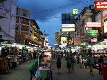 Khaosan Weg populair famously beschreven als centrum van het backpacking heelal in Bangkok stock afbeelding
