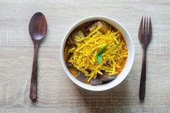 Khaosoi - Traditioneel Thais Voedsel, Khao Soi Thai Noodle Curry Soup met kip op houten lijst stock foto's