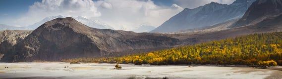 Khaplu谷全景在秋天季节,巴基斯坦的 库存照片