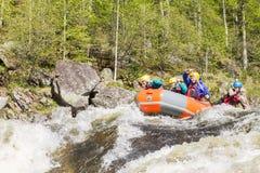 Khara-Murin, Russland - 28. Mai Flößen auf dem Fluss Khara-Murin L Stockbilder