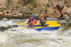 Khara-Murin, Russland - 28. Mai Flößen auf dem Fluss Khara-Murin L Lizenzfreie Stockfotografie