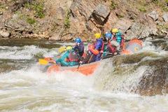Khara-Murin, Russland - 28. Mai Flößen auf dem Fluss Khara-Murin L Stockfotografie