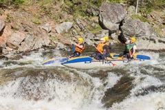 Khara-Murin, Russland - 28. Mai Flößen auf dem Fluss Khara-Murin L Stockfotos