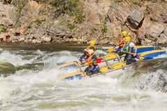 Khara-Murin, Russland - 28. Mai Flößen auf dem Fluss Khara-Murin L Lizenzfreies Stockfoto