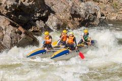 Khara-Murin, Russland - 28. Mai Flößen auf dem Fluss Khara-Murin L Lizenzfreie Stockbilder