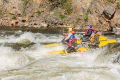 Khara-Murin, Russland - 28. Mai Flößen auf dem Fluss Khara-Murin L Stockfoto