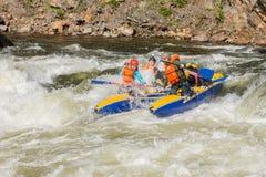 Khara-Murin, Russland - 28. Mai Flößen auf dem Fluss Khara-Murin L Lizenzfreie Stockfotos