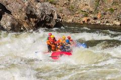 Khara-Murin, Russland - 28. Mai Flößen auf dem Fluss Khara-Murin L Lizenzfreies Stockbild