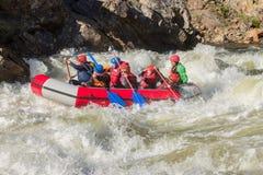 Khara-Murin, Russland - 28. Mai Flößen auf dem Fluss Khara-Murin L Stockbild
