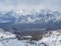 Khardungla-Durchlauf-Winteransicht stockfotos