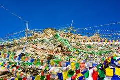 Khardunglapas door Boeddhistische gebedvlaggen die wordt behandeld Stock Fotografie