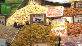 Khari Baoli, de grootste in het groot kruidmarkt in Azië in Oud Delhi, India, 4k-lengtevideo stock footage
