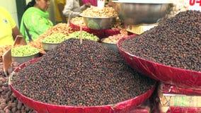 Khari Baoli, de grootste in het groot kruidmarkt in Azië in Oud Delhi, India, 4k-lengtevideo stock video