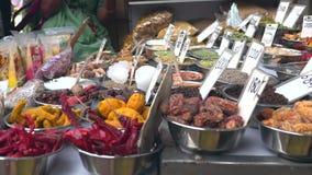 Khari Baoli, de grootste in het groot kruidmarkt in Azië in Oud Delhi, India, 4k-lengtevideo stock videobeelden