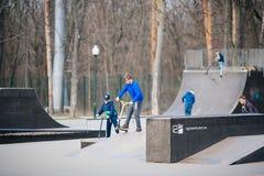 KHARKIV, ΟΥΚΡΑΝΙΑΣ - 4,2019 ΜΑΡΤΙΟΥ: Τα παιδιά οδηγούν στο πάρκο σαλαχιών στοκ εικόνα