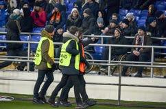 KHARKIV, DE OEKRAÏNE - FEBRUARI 21, 2018: Beheerders bij stadionse stock fotografie