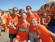 KHARKIV, DE OEKRAÏNE - JUNI 2012: Nederlandse voetbalsupporers kleedden zich in de nationale kleurensinaasappel De ventilators st Stock Foto