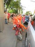 KHARKIV, DE OEKRAÏNE - JUNI 2012: Nederlandse voetbalsupporers kleedden zich in de nationale kleurensinaasappel De ventilators st Stock Afbeeldingen