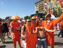 KHARKIV, DE OEKRAÏNE - JUNI 2012: Nederlandse voetbalsupporers kleedden zich in de nationale kleurensinaasappel De ventilators st Royalty-vrije Stock Fotografie