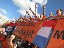KHARKIV, DE OEKRAÏNE - JUNI 2012: Nederlandse voetbalsupporers kleedden zich in de nationale kleurensinaasappel De ventilators st Stock Fotografie