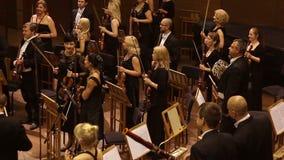 KHARKIV, DE OEKRAÏNE, 29 JUNI 2017: Overleg van het symfonieorkest applaus stock footage