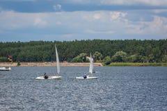 KHARKIV, 21 OEKRAÏNE-JULI: Varend jacht21, 2013 in Kharkiv, Royalty-vrije Stock Fotografie