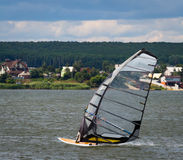 KHARKIV, 21 OEKRAÏNE-JULI: Windsurfer21, 2013 in Kharkiv, Ukrai Royalty-vrije Stock Foto