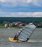 KHARKIV, 21 OEKRAÏNE-JULI: Windsurfer21, 2013 in Kharkiv, Ukrai Stock Foto