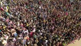 Kharkiv, Ucrânia - 30 de abril de 2017: antena da multidão de dança na frente da cena filme