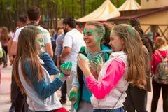 Kharkiv, Ucrânia - 24 de abril de 2016 Grupo de meninas felizes no festival do holi Imagens de Stock